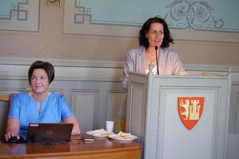 - SELVFØLGELIG! Helene Matri (Ap) mente at det er helt selvfølgelig at Nina Tangnæs Grønvold (til venstre) blir kommunedirektør og ikke rådmann. - Selvfølgelig skal vi ha en stillingstittel som i selve tittelen diskriminerer, sa hun på talerstolen.
