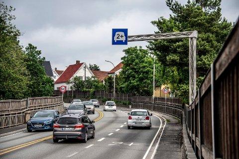 Taxisentralen reagerer på nei til taxi i nytt felt: I august blir det slutt på 2+-feltet over Fredrikstadbrua. Høyre felt blir tungbilfelt. Thomas Jacobsen i Taxisentralen reagerer på at taxiene ikke får bruke feltet. (Arkivfoto: Geir A. Carlsson)