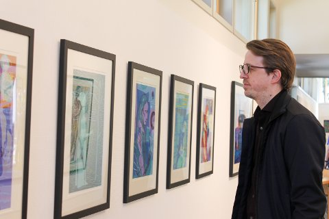 Sverre Bjertnæs under åpningen av utstillingen hans på Hvaler Rådhus.