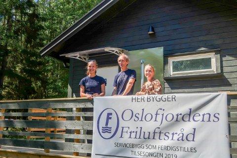 Fra venstre Gunnhild Laxaa fra Oslofjordens Friluftsråd, Tom Ole Fjeld, byggmester og tilsynsvakt i Stuevika, og nasjonalparkforvalter Monika Olsen foran det nye bygget.
