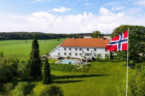 Med 10 mål tomt har eierne nok av plass å boltre seg på i Onsøy. Nå skal presteboligen selges for nesten 14 millioner kroner.