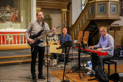 Trakk fullt hus: Niklas Arnesen fikk være gjest hos Cathrine Iversen i Østre Fredrikstad krke, og fikk musikalsk drahjelp av Dagfinn Klausen (helt til høyre) og Ole Petter Hansen Chylie.