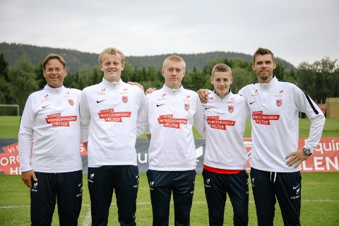 TRENER MED DE BESTE: Jan Erik Stinessen (NFF, fra venstre), Julian H. Jordheim, Tage Johansen, Ethan Amundsen-Day og Rune Almenning Jarstein.