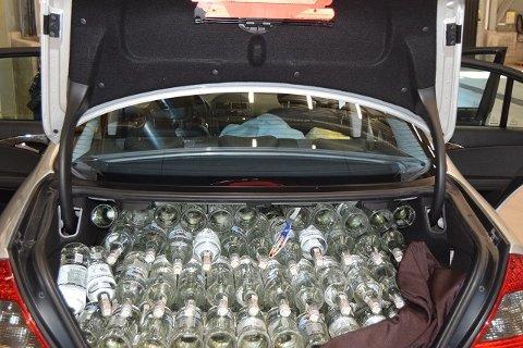 Tungt lastet: 408 liter brennevin var det i denne bilen da tollerne stoppet den ved Høk.