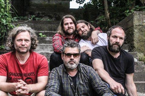 AKTUELLE: Ricochets, som består av Svenn Poppe (foran f.v.), Trond Andreassen, Knut Ø. Olsen, Fredrik Gretland (bak f.v.) og Johan Edvardsson er aktuelle med både turné og ny låt i disse dager.
