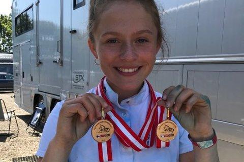 DOBBELT: Rikke Johannesen viser frem de to gullmedaljene hun har innkassert i løpet av helgen. Foto: Malin H. Pedersen