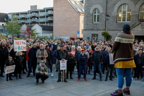 Sa nei til bomringen: Kirsti Nelvik holdt en kort appell utenfor rådhuset etter protesttoget i september i fjor. (Arkivfoto: Ida Christin Foss)