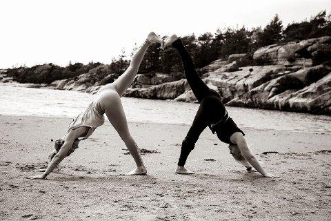 Står bak. Malin Norheim og Camilla Cousheron er initiativtagere til den første yogafestivalen på Hvaler.