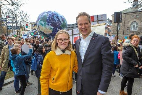Demonstrasjon for klimaet: Bildet er tatt utenfor Fredrikstad rådhus i mars, da ordfører Jon-Ivar Nygård møtte de unge klimaaksjonistene. Nå får bomringmotstandere ikke holde appell samme sted. (Arkivfoto: Harry Johansson)