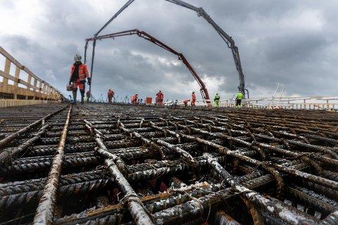 BRO: Slik ser det ut når Eiqon Anlegg bygger bro. Bildet er tatt under konstruksjonen av Tønset bro.