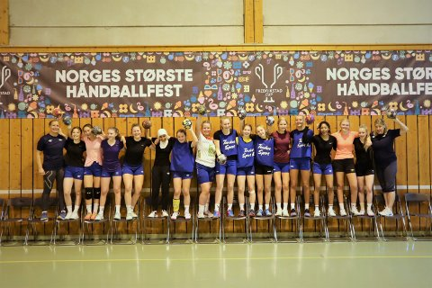 PÅ PLASS: Jentene fra Svolvær er på plass i Fredrikstad Cup. Lørdag morgen begynner cupeventyret deres.