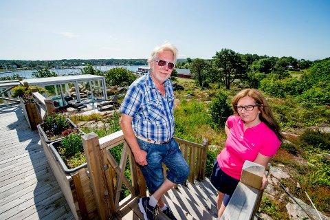 VIL BYGGE: Her, på eiendommen rett bak dem, ønsker Kjell Pettersen (72) og kona Anita Pedersen (54) å bygge leiligheter og et bygg med blant annet spisesal. De planlegger direkte inngang til det innglassede svømmebassengt til venstre i bildet.