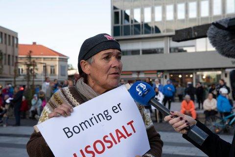 Ny demonstrasjon: Kirsti Nelvik har stått bak flere bom-demonstrasjoner i Fredrikstad. 7. september arrangeres det nytt protesttog i sentrum. Her fra aksjonen i september i fjor.