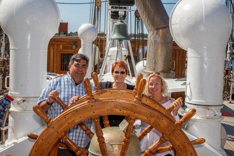 Tilbake: Steve Paulus, Susan Nelson og Katie Gronberg er tilbake på Statsraad Lehmkuhl hvor de møttes for 45 år siden. Nå er amerikanerne på vei til Bergen med SL under vennkapsseilasen.