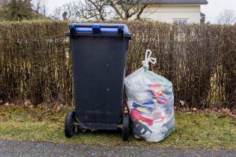 BLIR IKKE HENTET: Det blir ingen tømming av papir og plastemballasje hos det fleste av Fredrikstads  husstander i juli.