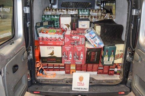 Lørdagens storfangst: 1.665 liter med øl, vin og brennevin fosøkte to mann i en varebil ta over grensen.