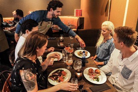 GJØR ENDRINGER: Restauranten har gjort endringer for å svare opp smittevernkravene. Mens de vanligvis har plass til 120 gjester i lokalane, er maks antall av gangen satt til 50.