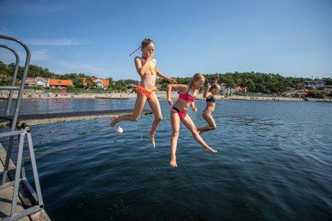 Barna sjekker ikke badetemperaturen, og denne gjengen på Bystranda på Skjærhalden har badet i mange uker allerede.