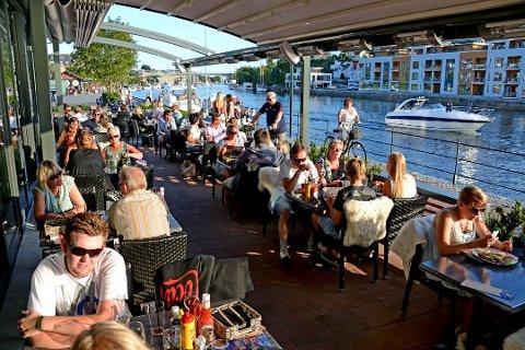 TIPS: Fra januar 2019 må kelneren skatte av tipspengen. Bildet er fra Paa Brygga.