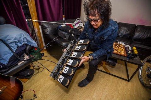 Løsningen: Det er dette brettet med vaiere til gitarhalsen som gir akkorder. Øivin Fjeld brukte rundt fire arbeidsdager på å lage løsningen.