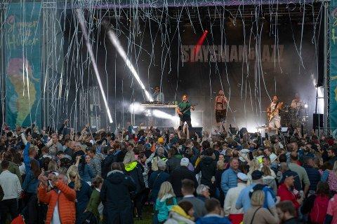 Det var et feststemt publikum som hoppet og danset til Staysman & Lazz på plenen til Hvaler Gjestegiveri lørdag kveld.