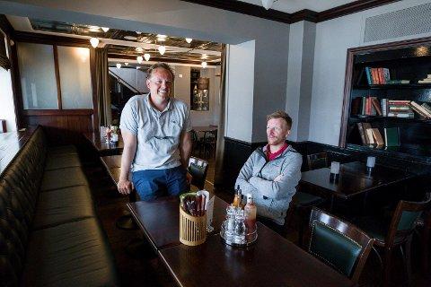 FORNØYD MED SALGET: Daglig leder Erik Magnus Fredriksen i Restaurant Gruppen (til venstre), her sammen med avdelingsleder Stig Delås på Havnelageret, er fornøyd med en omsetning på nesten 16 millioner kroner i fjor.