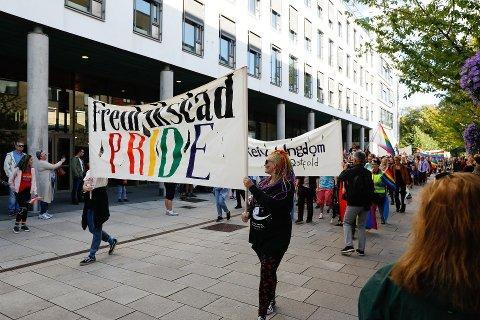 Flere hundre mennesker sørget for folkefest da Fredrikstad Pride ble arrangert for første gang i fjor. I september må en 23 år gamle sarping møte i Sarpsborg tingrett, tiltalt for å ha spredt hatefull ytring i forkant av arrangementet.