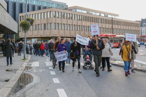 Sterke protester: I fjor høst gikk flere hundre i protesttog mot bompenger i Fredrikstad. Men bystyret vedtok. mot stemmene til Frp, å kreve inn bompenger frem til 2042. Arkivfoto: Ida Christin Foss