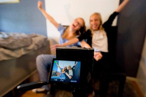 YOUTUBERE: Sanna Nes (14) og Andora Børresen (13) er gode venner og har startet sin egen YouTube-kanal. Nå håper de at mange vil følge med på vloggene deres på kanalen Andora og Sanna.