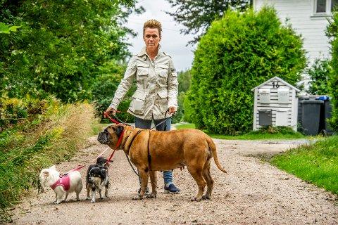 OPPGITT: Jill Yvonne Fjell er lei av å se løse hunder løpe etter rådyr ved Glommastien på Torp. Selv har hun alltid hundene sine i bånd når hun er ute og går tur i området.