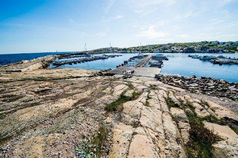 Vikerhavn er en perle ytterst på Asmaløy. Området det er snakk om nye planer på, ligger på den siden hvor bilene er.