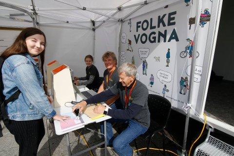 Enkelt og greit: Thea Karlsen forteller at stemmelokalet Folkevogna passer henne utmerket. Valgfunksjonærene Asbjørn Borge (nærmest), Steinar Haugsten og Marie Eriksen passer på at alt går riktig for seg.