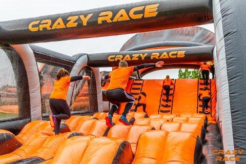 Hinderløype: Crazy Race byr på fem kilometer med oppblåsbare hindre. 17. august arrangeres løpet i Fredrikstad.