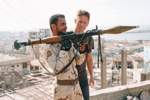 Gunnar Garfors har skrevet bok om verdens 20 minst besøkte land. Denne soldaten traff han i Jemen.