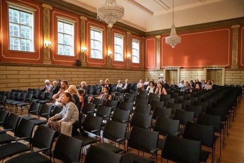 Også i den renoverte aulaen er det høytidsstemning når byens øverste organ skal samles fremover. Her er det også god nok plass, i motsetning til dagens bystyresal  i Gamlebyen.
