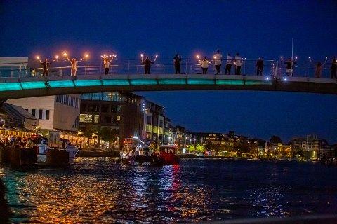 Til fakkelshow og poledans på gangbroa spilte Renate Gjerløw Larsen og Aksel Kolstad på det flytende flygelet i elva under Kulturnatt i 2019.