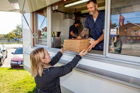 – MÅ PRØVE: Lisbeth Andersen er nyinnflyttet i nabolaget,  og måtte prøve ut pizzaen hun har hørt om i det siste. Hun var én av mange som tok turen innom Joachim Roters  og Harald Maalen (bak) søndag.