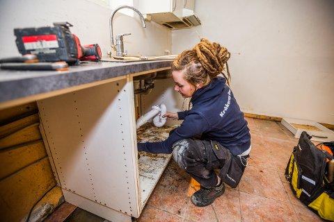Skatteetaten vil ha kommunen med på at flest mulig skal velge seriøse håndverkere. Camilla Cox Barfot (34) ble kåret til Norges hyggeligste håndverker i fjor - og sa til Fredriksstad Blad at hun elsker jobben sin.