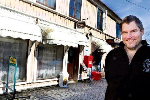 VENTER FORTSATT: Vi trives i jobben og har hyggelige gjester, sier Haakon Wiken om arbeidsdagene som fortsetter i kiosken inntil videre.