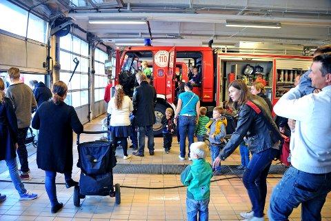 Folksomt. Folk strømmer til når Fredrikstad brannvesen åpner sine dører for publikum en gang i året.