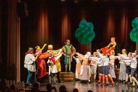 SPEILET: Det var en spent teatergjeng som endelig fikk lov til å vise frem hva de har øvd på de siste åtte månedene, da forestillingen «Robin Hood og Rødhettene» hadde premiere torsdag kveld.
