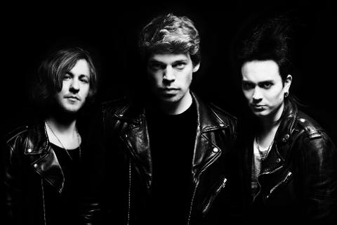 Stockholms-bandet Dirty Loops, som består av Jonah Nilsson (i midten), Henrik Linder (t.h.) og Aron Mellergårdh kommer til Fredrikstad i februar.