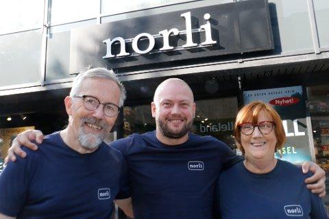 Fornøyde. Driftssjef for Norli på Østlandet, Fredrik Hovland (i midten) , sammen med to butikksjefene i sentrum, Fredrik Ellefsen og Bjørg Gjærdingen.