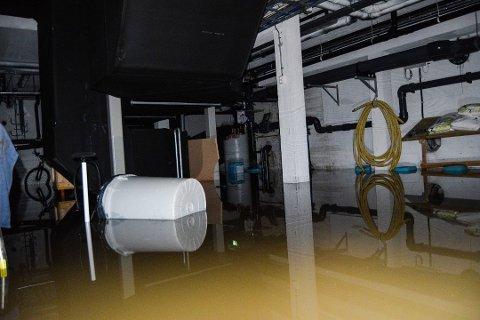 Store skader: Alle tekniske rom i kongstenhallen er smekk fulle av vann.