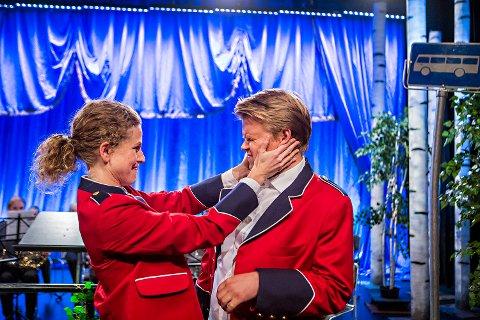- Vi nei, vi har aldri spilt i korps, sier skuespillerne i «Korps» – Ragnhild Heien Myntevik (35) fra Moss og Martin Hovland (33) fra Gressvik.