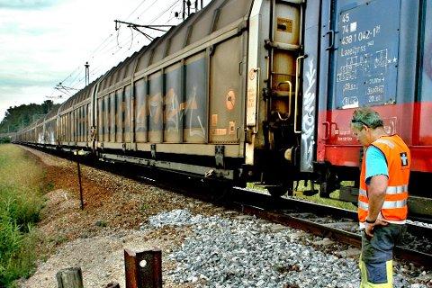 Skal få mer gods på tog: Det kan bli 740 meter lange godstog gjennom Østfold.  Jernbanedirektoratet lanserer flere muligheter for utbygging på Østfoldbanen. I Råde kan det bli lange kryssingsspor.  (Arkivfoto: Jon Anders Skau)