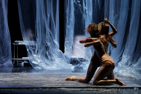 Skuespillerne: Nela H. Kornetová og Lærke Grøntved bærer forestillingen om vakkerhet, tvang og vold. Nå skal et internasjonalt publikum i Seoul få se forestillingen på 75 minutter.