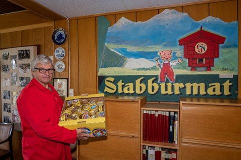 Håkon Hurrød (68) har jobbet på Stabburet siden 1970. Her viser han frem en av fabrikkens viktigste produkter- den gule leverposteiboksen. Den fyller 70 år iår.