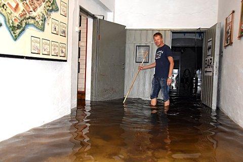 STORE ØDELEGGELSER: Knut Morten Fredriksen i Fredrikstad Bryggeri møtte et trist syn 1. september. Bryggerilokalene var oversvømt av vann fra Bingedammen.