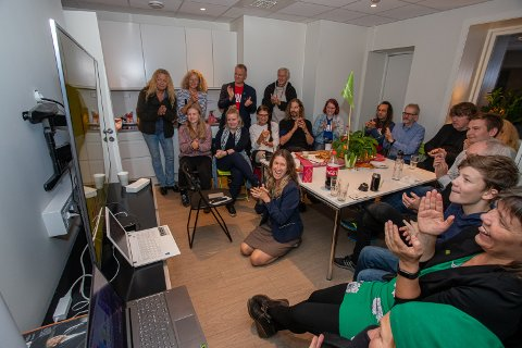Jubel: MDG jublet etter resultatene fra forhåndsstemmene ble kjent klokken 21. Foran, midt på gulvet, sitter andrekandidat Ida Juelsen.